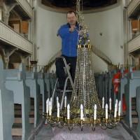 Montage des restaurierten Kirchenleuchters
