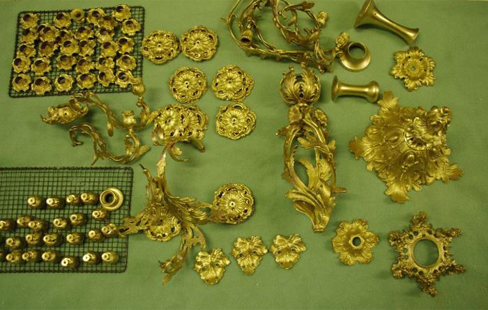 restaurierte Teile des Bronze Kronleuchters