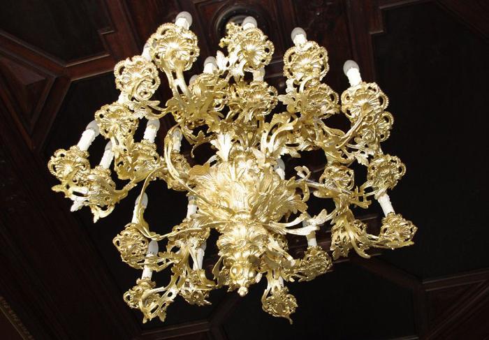 Montage des restaurierten Rokoko-Kronleuchters, antike Lampen restaurieren